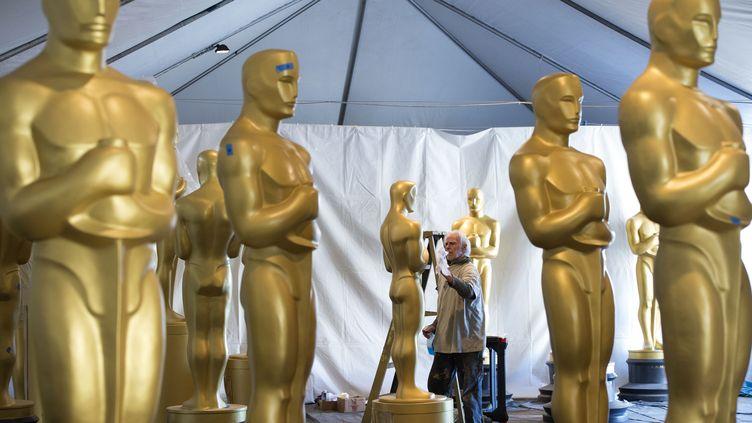Les statues des Oscars, avant le début de la cérémonie, le 22 février 2017 à Hollywood. (VALERIE MACON / AFP)