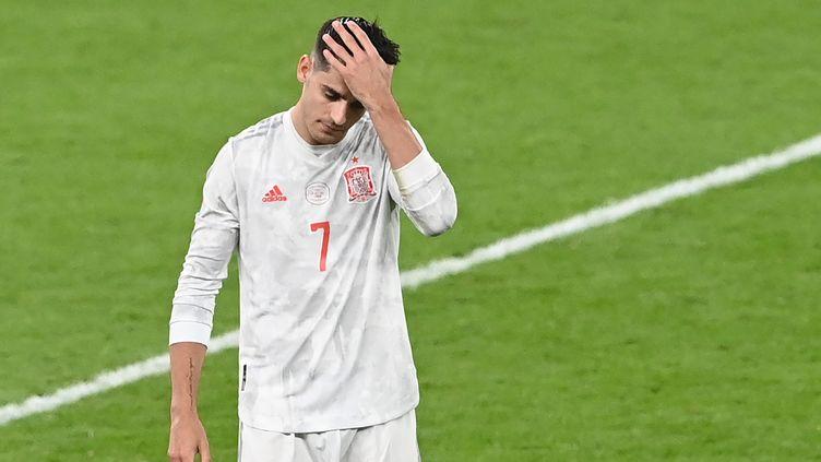 Alvaro Morata dépité après son tir au but manqué contre l'Italie, le 6 juillet 2021 à Wembley. (FACUNDO ARRIZABALAGA / AFP)
