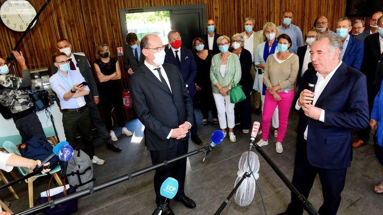 Le président du MoDem, François Bayrou, (à droite) s'adresse à des journalistes, le 8 septembre 2020. (MEHDI FEDOUACH / AFP)