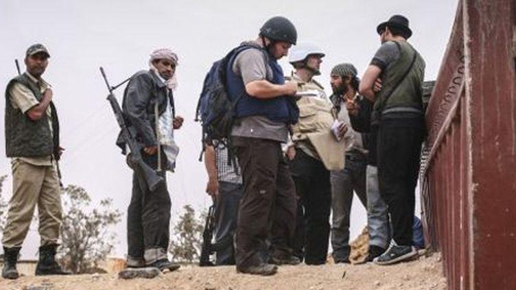 Le journaliste américain Steven Stoloff (au centre avec un casque) en Libye le 2 juin 2011. (AFP - Etienne de Malglaive)