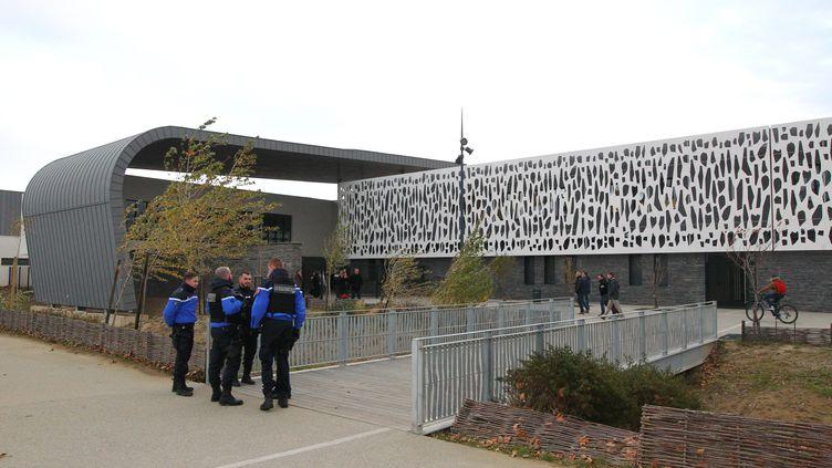 Les gendarmes devant le collège de Millas (Pyrénées-Orientales), le 15 décembre 2017. (MAXPPP)