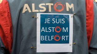 Un employé d'Alstom manifeste devant le siège de l'entreprise à Saint Ouen, le 27 septembre 2016 (CITIZENSIDE/SAMUEL BOIVIN / CITIZENSIDE)