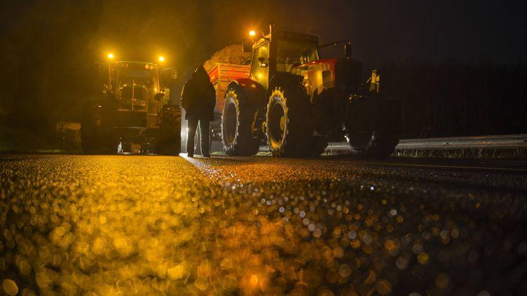 Des agriculteurs bretons s'apprêtent à bloquer la RN12 à Plounevez-Moëdec (Côtes-d'Armor), le 27 janvier 2016. (MAXPPP)