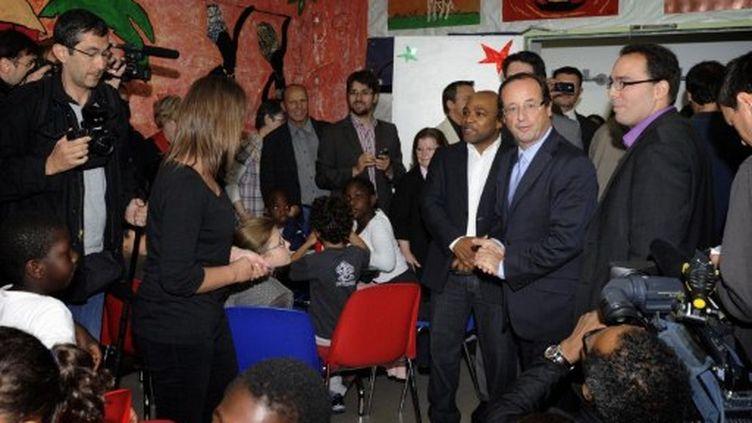 François Hollande lors d'une réunion avec des parents et des enfants, à Asnières-sur-Seine, le 26 juillet 2011 (AFP/MIGUEL MEDINA)