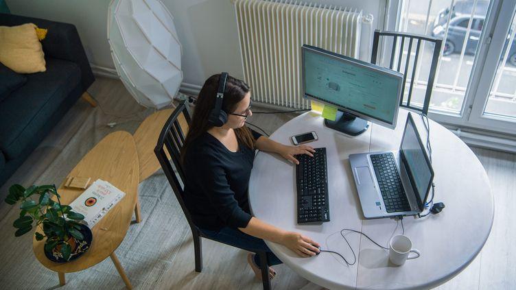 Une employée en télétravail (illustration) (RICHARD BRUNEL / MAXPPP)