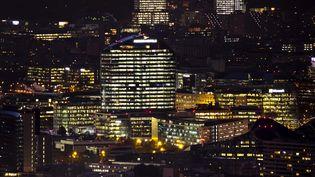Des bureaux à Issy-Val de Seine allumés en pleine nuit. (VINCENT ISORE / MAXPPP)