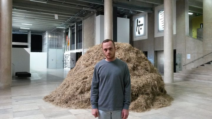 L'artiste italien Sven Sachsalber a 36 heures pour parvenir trouver l'aiguille cachée dans cette botte de foin. Sa performance débute jeudi 13 novembre au Palais de Tokyo, à Paris. (FABIEN MAGNENOU / FRANCETV INFO)