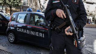 Un policier italien lors d'une opération contre la mafia, le 30 octobre 2018 à Naples (Italie). (PAOLO MANZO / NURPHOTO / AFP)