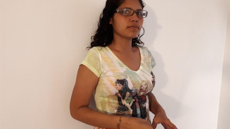 Sandra Hernandez, 29 ans est l'épouse du sergent major de la garde nationale bolivarienne, Luis Alexander Bandres Figueroa, torturé à la prison de Boleita à Caracas. (BENJAMIN ILLY / FRANCE-INFO)