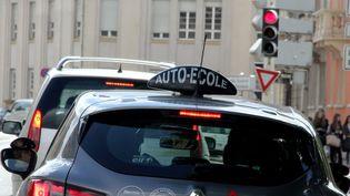 Les auto-écoles manifestent contre la réforme du permis de conduire, à Thionville (Moselle), le 6 février 2015. (  MAXPPP)