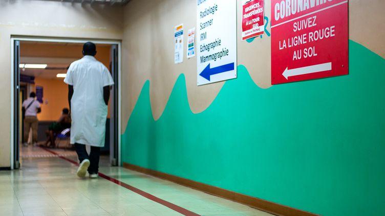 Un infirmier dans le couloir d'un hôpital à Pointe-à-Pitre en Guadeloupe, le 24 septembre 2020. (LARA BALAIS / AFP)