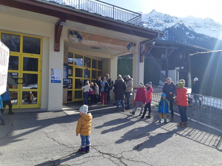 Des personnes viennent se faire dépister, le 9 février 2020, aux Contamines-Montjoie (Haute-Savoie). (ANABELLE GALLOTTI / FRANCE BLEU PAYS DE SAVOIE / RADIO FRANCE)