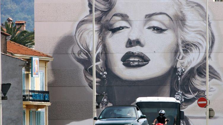 Affiche géante de Marylin Monroe sur les murs de Cannes le 15 mai 2012 (VALERY HACHE / AFP)