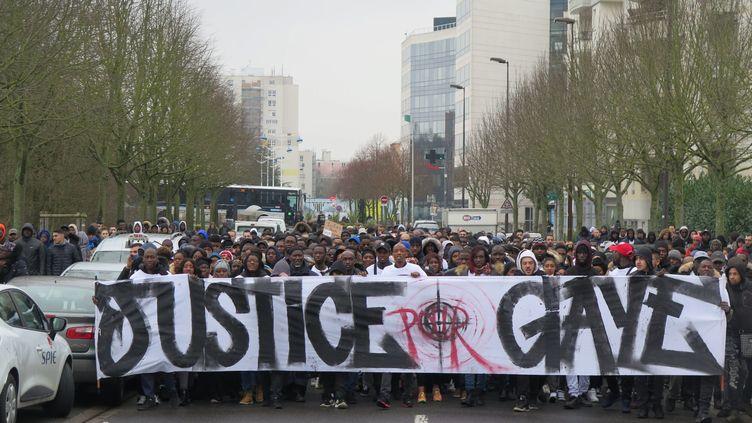 """Une manifestation àChamps-sur-Marne (Seine-et-Marne) pour demander """"vérité et justice"""" pour Gaye Camara, le 28 janvier 2018. (GUÉNAÈLE CALANT / MAXPPP)"""