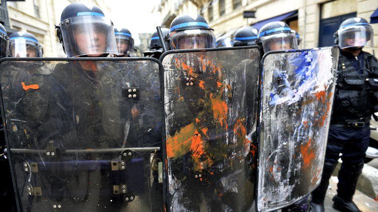 Des policiers lors d'une manifestation contre la loi Travail, à Bordeaux (Gironde), le 26 mai 2016. (GEORGES GOBET / AFP)