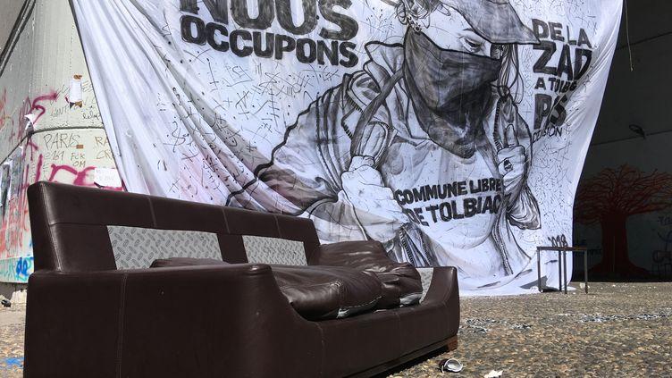 Une banderole dans la cour de la faculté de Tolbiac occupée, le 18 avril 2018, à Paris. (BENOIT ZAGDOUN / FRANCEINFO)