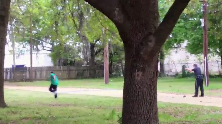 """Capture d'écran d'une vidéo diffusée par le """"New York Times"""" montrant un policier blanc tirant sur un homme noir, le 4 avril 2015 àavril à North Charleston, en Caroline du Sud (Etats-Unis). (NEW YORK TIMES)"""