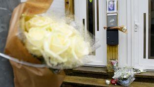 Des fleurs déposées près du portrait deStéphanie Di Vincenzo, jeune femme de 22 ans tuée devant son domicile dans la nuit du 23 au 24 mai 2021. (JEAN-CHRISTOPHE VERHAEGEN / AFP)