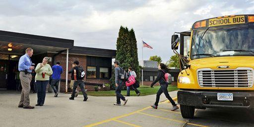 Des élèves arrivant à la Mahnomen Elementary School à Mahnomen (Minnesota) le 26-9-2013. (Reuters - Dan Koeck)