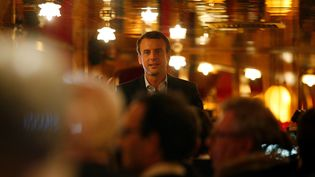 Emmanuel Macron à la brasserie La Rotonde, dans le 6e arrondissement de Paris, pour fêter son score du premier tour lors de l'élection présidentielle, le 23 avril 2017. (GEOFFROY VAN DER HASSELT / AFP)