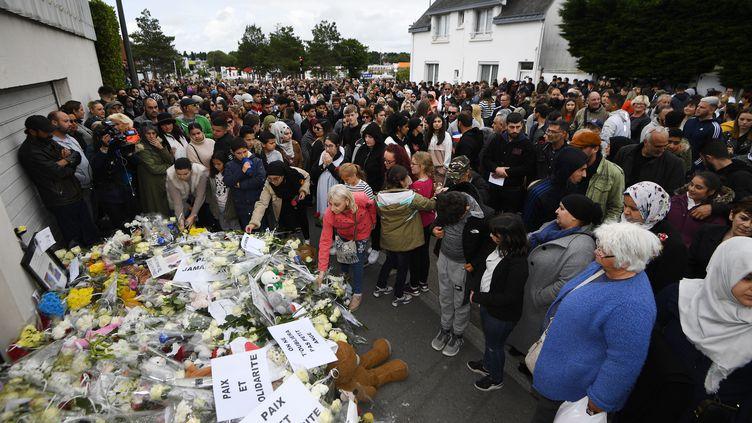 Un millier de personnes participent à la marche blanche en hommage aux deux enfants renversés par un chauffard, le 13 juin 2019 à Lorient (Morbihan). (DAMIEN MEYER / AFP)