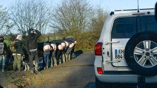 Des zadistes montrent leurs fesses au passage de la préfète, le 26 janvier 2018, près du site de l'ancien projet d'aéroport de Notre-Dame-des-Landes (Loire-Atlantique). (MAXPPP)