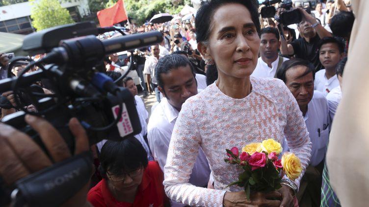 Aung San Suu Kyi à Rangoun (Birmanie), le 9 novembre 2015. (SOE ZEYA TUN / REUTERS)