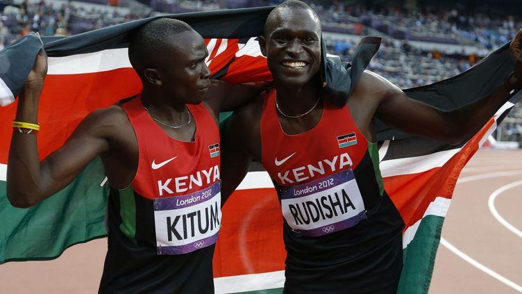 Les coureurs kenyans David Lekuta Rudisha (à droite), médaille d'or au 800m aux jeux olympiques de Londres 2012 et son compatriote Timothy Kitum, médaille de bronze. (Photo Reuters/Phil Noble)