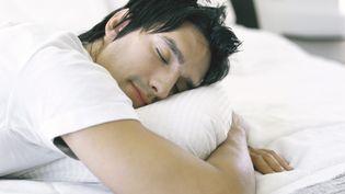 Un homme pendant son sommeil. (LAURENCE MOUTON / MAXPPP)