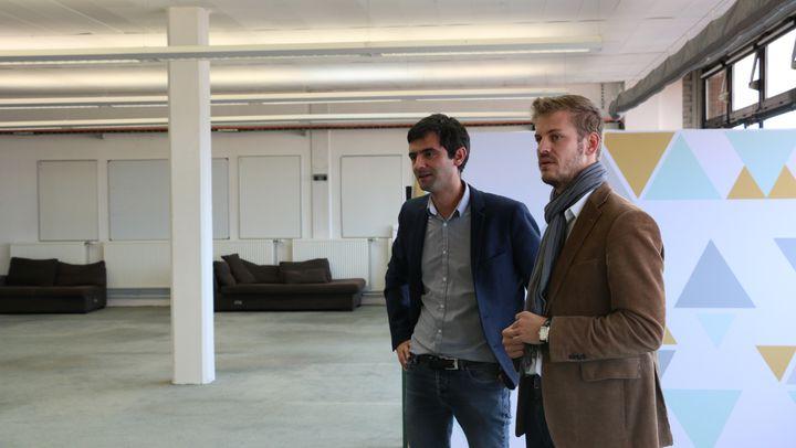 Yann Kervarec (gauche), responsable commerce digital chez EuraTechnologies, et Henri-François Caudrelier (droite), chargé du développement économique à la mairie de Roubaix, visitent l'étage de La Redoute qui accueillera bientôt le projet Blanchemaille. (Roubaix, Nord) Septembre 2015. (VALENTINE PASQUESOONE / FRANCE 2)