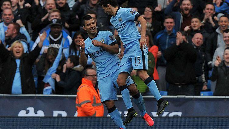 Sergio Agüero et Jesus Navas, les grands artisans de la victoire de Manchester City. (STEVE PARKIN / AFP)