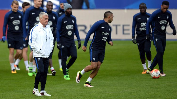 Le sélectionneur Didier Deschamps au milieu de ses joueurs (GRIGORIY SISOEV / RIA NOVOSTI)
