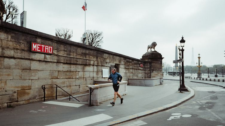 Un homme court dans Paris, le 20 mars 2020. (SIMON GUILLEMIN / HANS LUCAS / AFP)