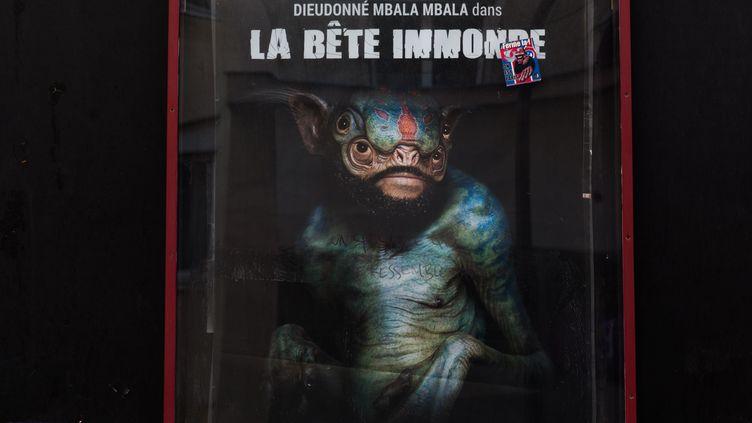 """Une affiche du nouveau spectacle de Dieudonné, """"La bête immonde"""", devant le théâtre de la Main d'or à Paris, le 7 juin 2014. (VINCENT EMERY / CITIZENSIDE / AFP)"""