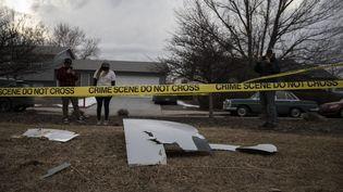 Des habitants de Denver (Colorado, Etats-Unis) découvrent des débris tombés d'un avion, le 20 février 2021. (CHET STRANGE / AFP)