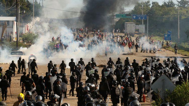Les travailleurs mexicains de l'éducation (CNTE) affrontement la police anti-émeute àNochixtlan (Etat de Oaxaca au Mexique) le 19 juin 2016 (REUTERS)