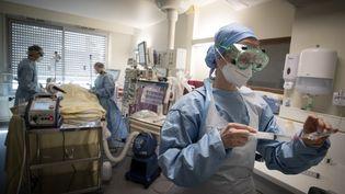 Le service de soins intensifs de l'hôpital Lariboisière à Paris (10e arrondissement), en avril 2020. (JOEL SAGET / AFP)