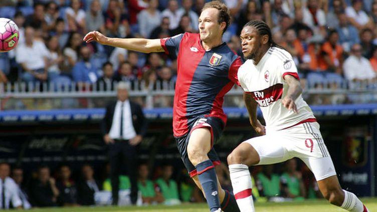 Giovanni Marchese à la lutte avec l'attaquant du Milan AC, Luiz Adriano