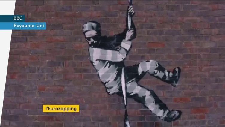 Legraffiti de banksy qui orne le mur de l'ancienne prison de Reading. (franceinfo)