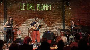 Le trio Baa Box de la chanteuse Leïla Martial en concert au Bal Blomet, à Paris, le 28 mars 2019, avec Pierre Tereygeol (guitare) et Éric Perez (batterie) (ERIC BALEDENT / MAXPPP)