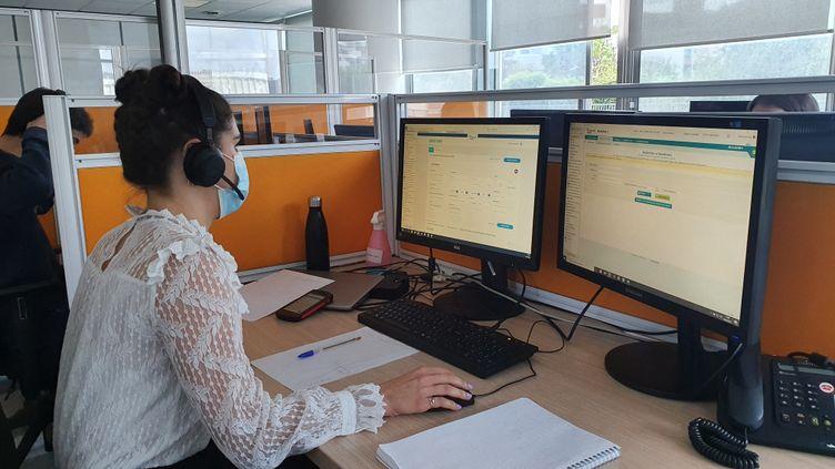 Téléconseillère à la CPAM de Loire-Atlantique, Gaëlle remonte les chaînes de contamination pour trouver qui a contaminé les personnes testées positives au Covid-19. (BORIS HALLIER / RADIO FRANCE)