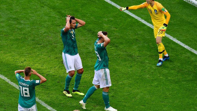 Les Allemands sous le coup de la déception après le premier but coréen, le 27 juin 2018 à Kazan (Russie). (LUIS ACOSTA / AFP)
