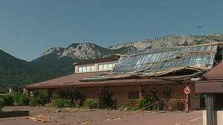 À Doussard en Haute-Savoie, un très violent orage s'est abattu sur la commune. Une partie de la toiture s'est effondrée alors que 200 personnes assistaient à un concert. (FRANCE 2)