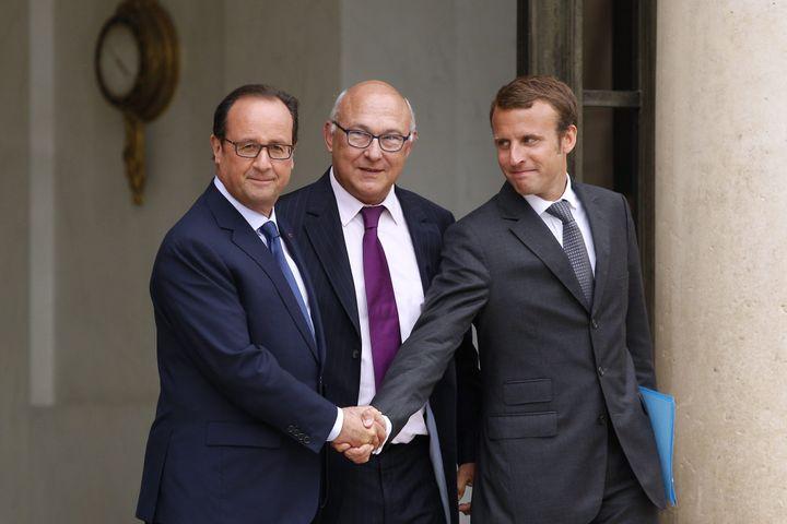 Le président de la République, François Hollande, le ministre des Finances, Michel Sapin, et le ministre de l'Economie, Emmanuel Macron, à la sortie du conseil des ministres, le 27 août 2014 à l'Elysée. (MAXPPP)