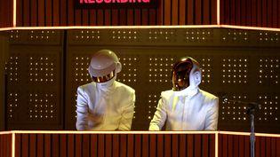 """Daft Punk joue """"Get Lucky"""" lors de la cérémonie des Grammy Awards, le 26 janvier 2014, au Staples Center, à Los Angeles (Etats-Unis). (KEVORK DJANSEZIAN / GETTY IMAGES NORTH AMERICA / AFP)"""