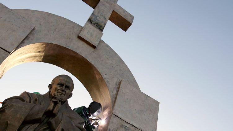 La statue controversée du pape Jean-Paul II installée à Ploërmel  (DAVID ADEMAS / AFP)