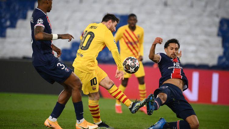 Marquinhos revient en sauveur pour contrer la tentative de Lionel Messi, le 10 mars 2021 au Parc des Princes (FRANCK FIFE / AFP)