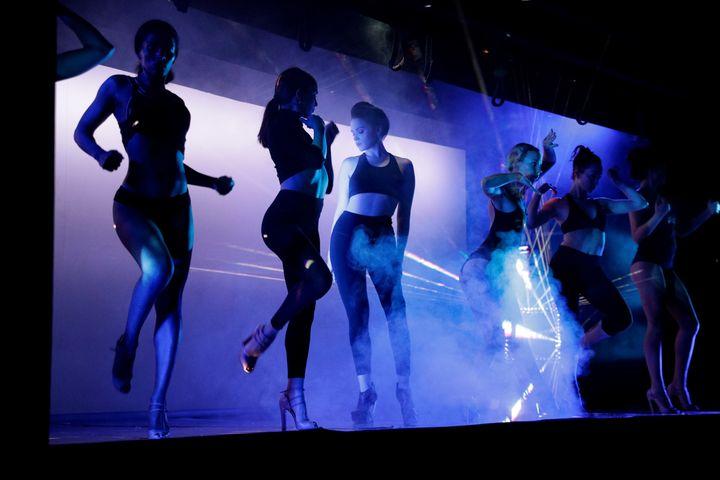 """La danseuseViktoria Modesta, etourée des danseuses du Crazy Horse pour son show futuriste """"Bionic Showgirl"""". (GEOFFROY VAN DER HASSELT / AFP)"""