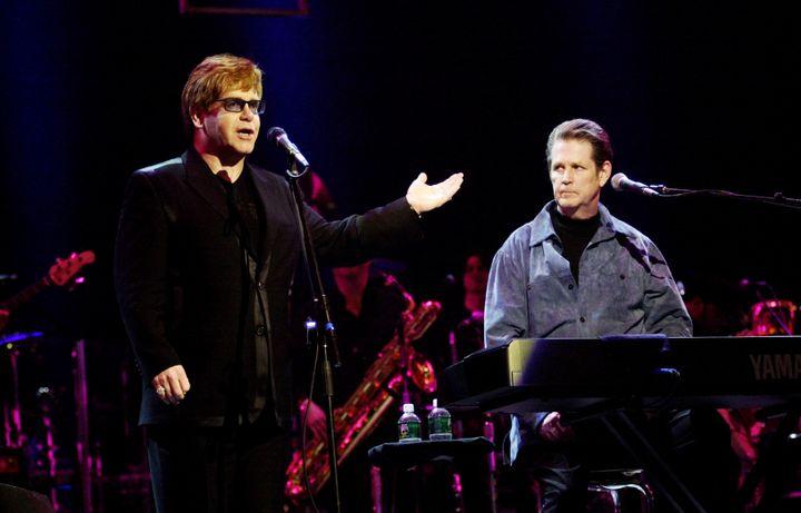 Elton John et Brian Wilson (Beach Boys) sur scène au Radio City Music Hall de New York en 2001. (KMAZUR / WIREIMAGE / GETTY IMAGES)