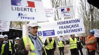 Des patrons de la Fédération française du bâtimentmanifestent à Paris, le lundi 1er décembre. (REMY GABALDA / AFP)